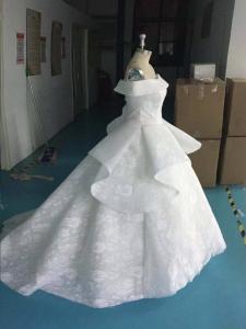 フルオーダードで完成した横から撮影したウエディングドレス