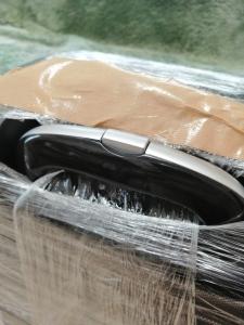 スーツケースをラップでぐるぐる巻きにした写真、取っ手部分