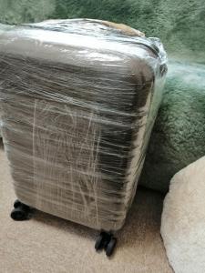スーツケースをラップでぐるぐる巻きにした写真、正面