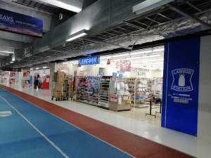 深夜の成田空港第3ターミナルの24時間営業のコンビニ