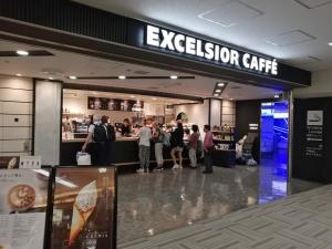 成田空港第二ターミナル。ナリタ5番街ブランド店。エクセルシオール カフェ(喫煙所)店舗画像
