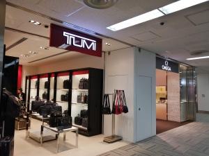 成田空港第二ターミナル。ナリタ5番街ブランド店。TUMI(トゥミ)OMEGA(オメガ)