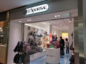 成田空港第二ターミナル。ナリタ5番街ブランド店。LeSportsac(レスポートサック)