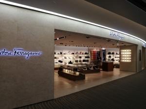 成田空港第二ターミナル。ナリタ5番街ブランド店。Salvatore Ferragamo(フェラガモ)店舗画像