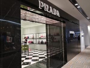 成田空港第二ターミナル。ナリタ5番街ブランド店。PRADA(プラダ)店舗画像