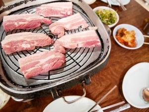 フィリピンバギオで一番美味しい韓国料理屋パール・ミート・コレーン・レストラン調理の画像