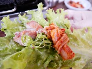 フィリピンバギオで一番美味しい韓国料理屋パール・ミート・コレーン・レストラン内豚肉・キムチ・ねぎ・レタス画像