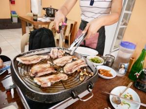 フィリピンバギオで一番美味しい韓国料理屋パール・ミート・コレーン・レストラン内サムギョプサルの画像