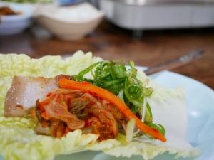フィリピンバギオで一番美味しい韓国料理屋パール・ミート・コレーン・レストランのサムギョプサルを食べる画像