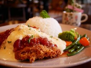 フィリピン(バギオ)のWi-Fi最強カフェQuoted Cafeのライスとチキンがセットになったプレートの画像