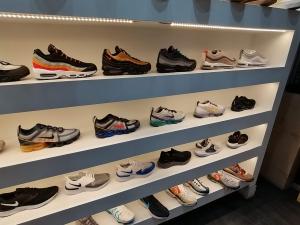 【海外購入代行】海外で購入できるスニーカーセレクトショップ内adidas(アディダス)の画像