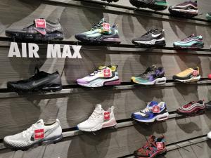 【海外購入代行】海外で限定購入できるスニーカー直営店内Nike(ナイキ)のAir Maxの画像