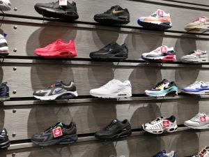【海外購入代行】海外で購入できるスニーカー直営店内Nike(ナイキ)のAir Maxの画像