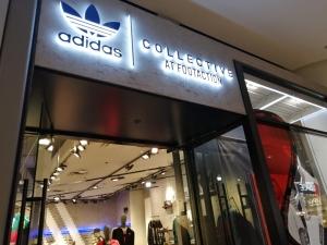 【海外購入代行】海外で購入できるスニーカー直営店内adidas(アディダス)の画像