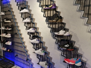 【海外購入代行】海外で購入できるスニーカー直営店内adidas(アディダス)の画像CONTINENTAL (コンチネンタル)STANSMITH(スタンスミス)HARDCOURT(ハードコート)