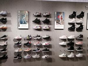 【海外購入代行】海外で購入できるスニーカー直営店内Nike(ナイキ)のAir Force(エアーフォース)の画像