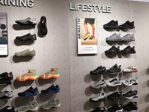【海外購入代行】海外で購入できるスニーカー直営店内Nike(ナイキ)のメンズAir Max720(エアーマックス)の画像