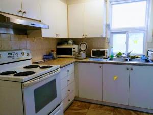 【完全保存版】カナダで部屋の探し方とコツ‼︎ トラブル回避方法 キッチンの画像